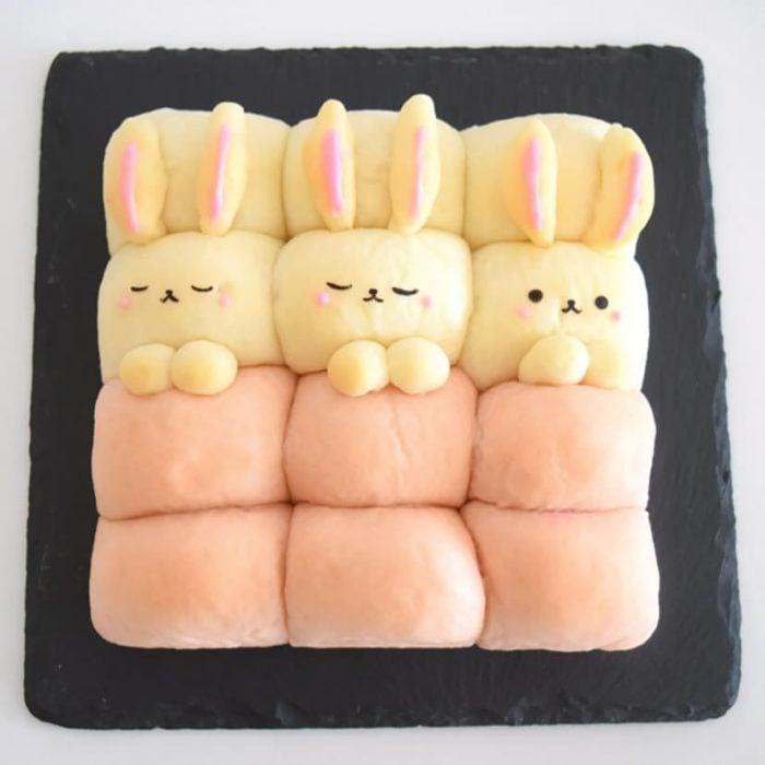 Panes en forma de conejitos acostado en una cama