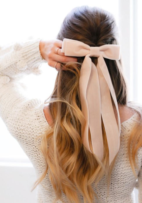 Semirecogido en cabello suelto con moño rosa