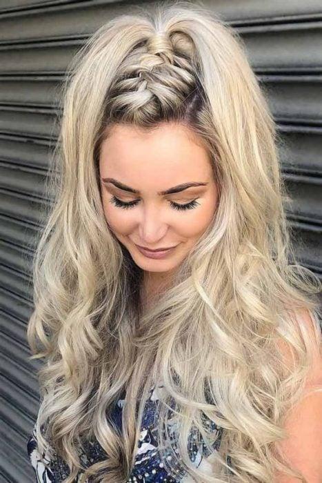 Chica rubia con trenza en la cabeza y cabello suelto