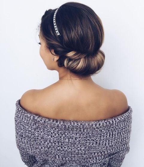 Chica con recogido elegante con una diadema plateada