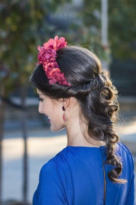 Chica con recogido elegante con diadema de flores color rosas