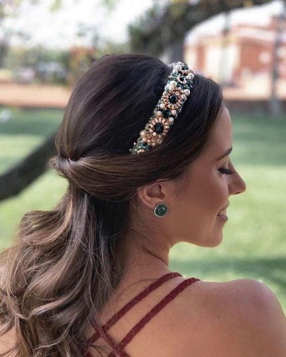 Chica con semirecogido y diadema de piedras brillantes