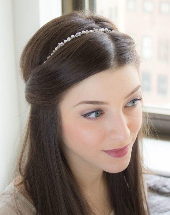 Chica con semirecogido y diadema de perlas