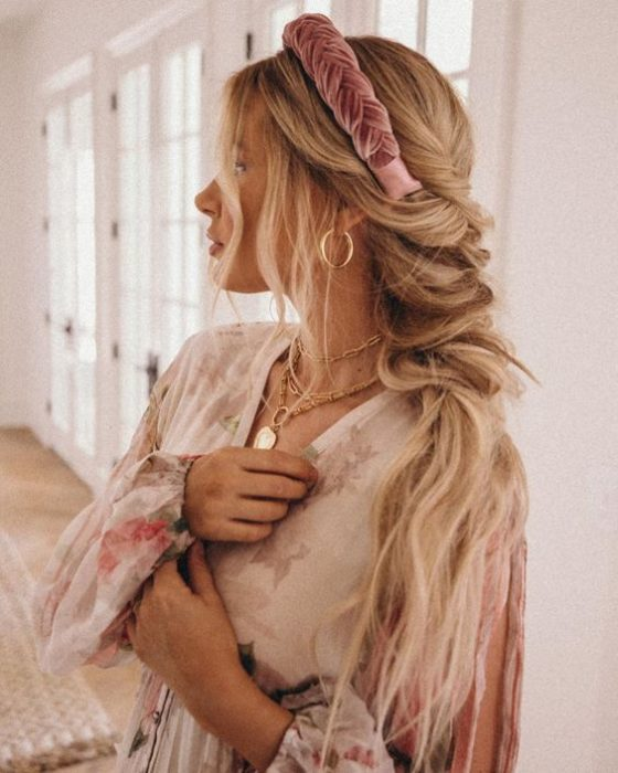 Chica rubia de cabello largo con diadema rosa de terciopelo rosa