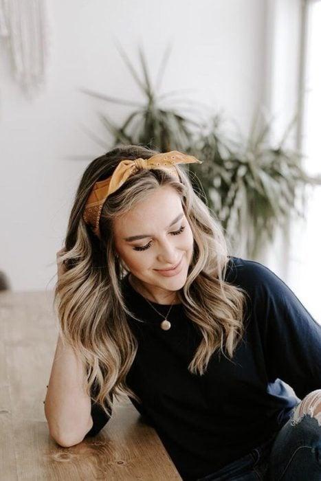Chica rubia con banda de cabello amarilla