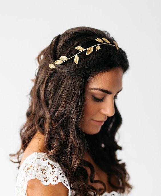 Chica con cabello castaño largo con diadema elegante de hojitas