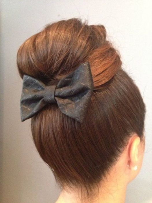 Girl with high chongo with a black bow