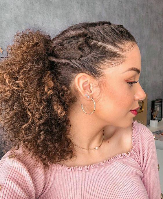 Chica de cabello rizado con torcidito en la cabeza recogidos en una coleta
