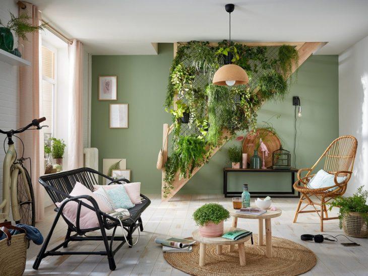 Planta enredadera decorando escalera