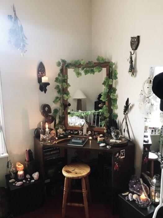 Planta enredadera decorando el marco del espajo de un tocador