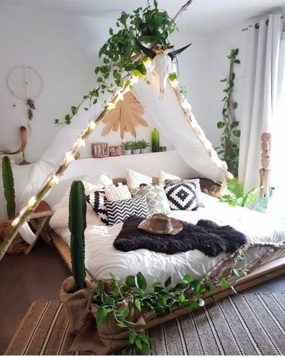 Planta enredadera decorando el tipi de una cama