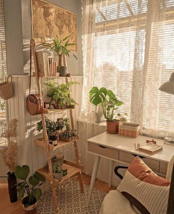 Área de trabajo o estudio decorado con plantas