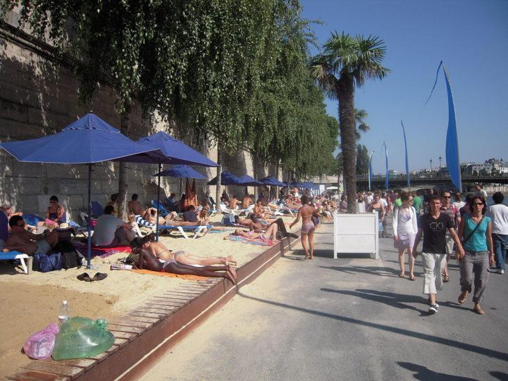 Playa artificial en Paris Plages