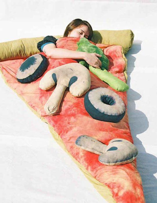 Colchón en forma de pizza gigante