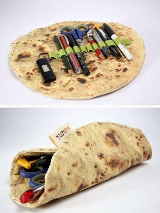 Estuche de lápices en forma de tortilla