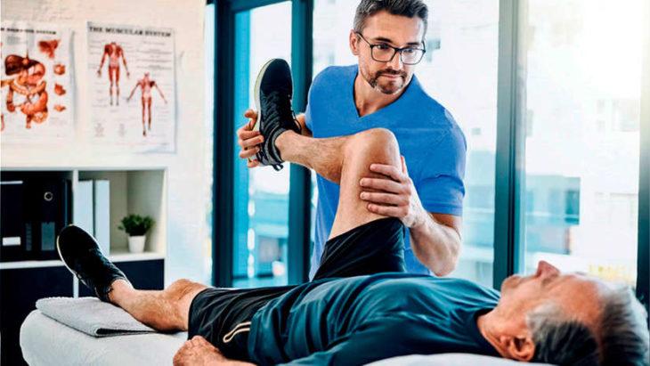 Doctor brindando rehabilitación de movimiento a persona
