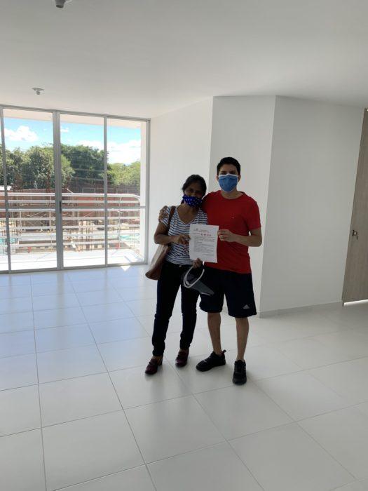 Sebastían y su mamá en la nueva casa