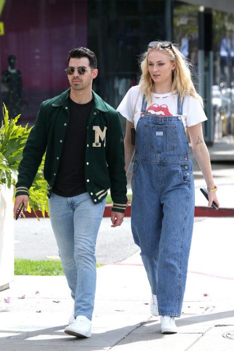 Sophie Turner y Joe Jonas tomados de la mano caminando por las calles