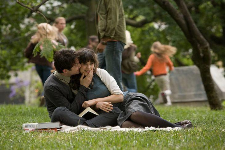 Escena de la película 500 días con ella en la que Tom y Summer están en el parque