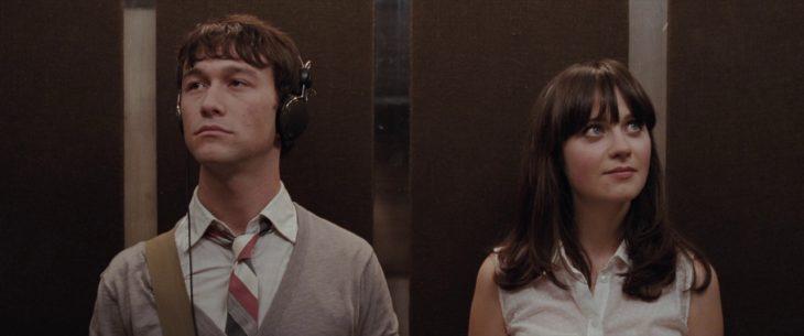 Escena de la película 500 días con ella en la que Tom y Summer se conocen en el elevador