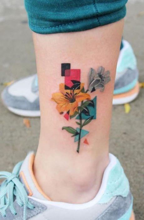 Tatuaje de flores en una flor en la pantorrilla muy caricaturezco