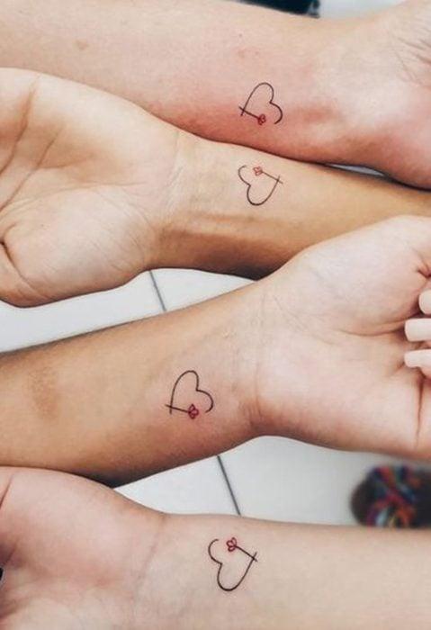 Tatuaje de hermanos de corazones con flores