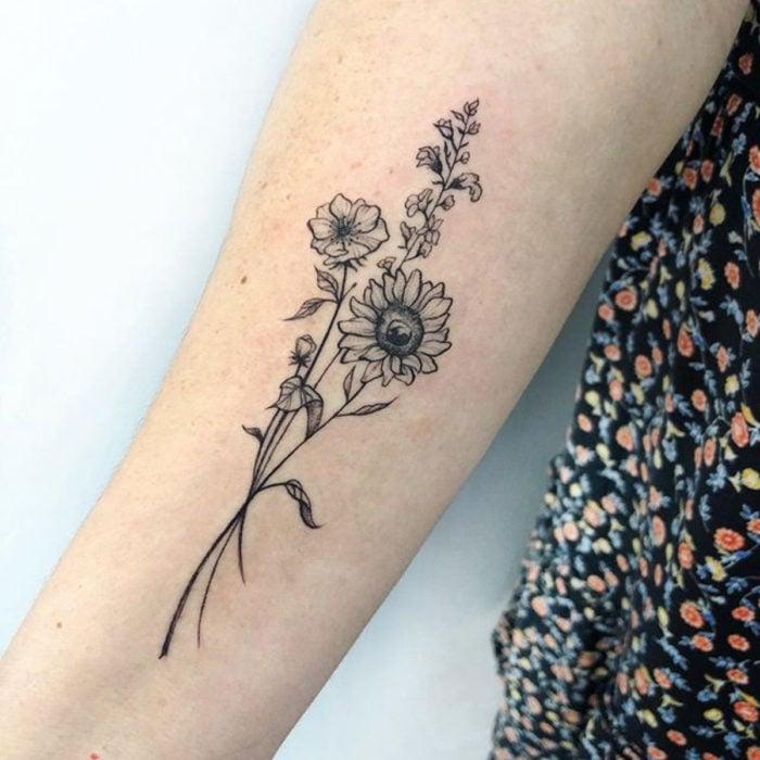 Tatuaje de girasoles en blanco negro
