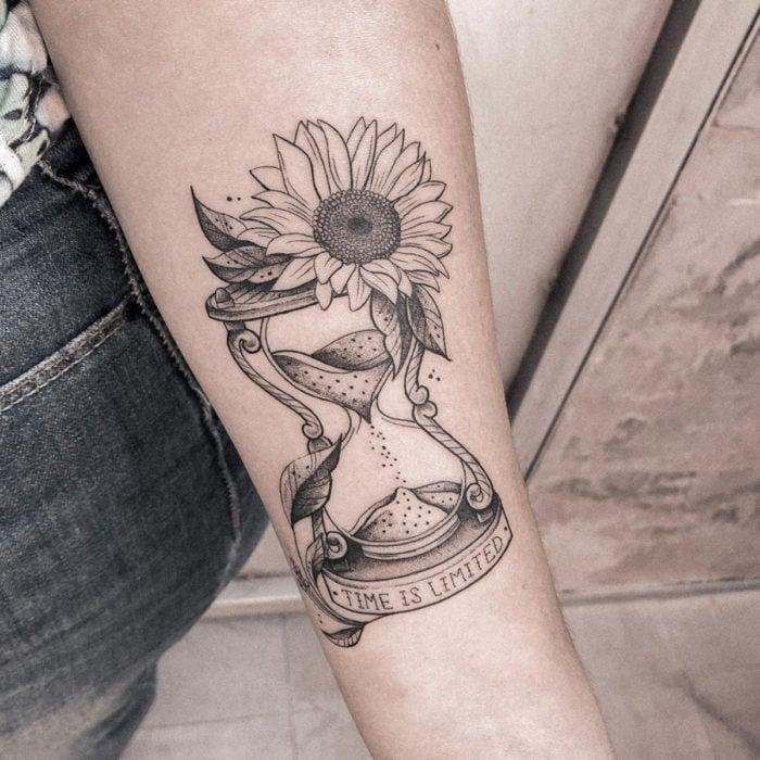 Tatuaje de girasoles en reloj de arena