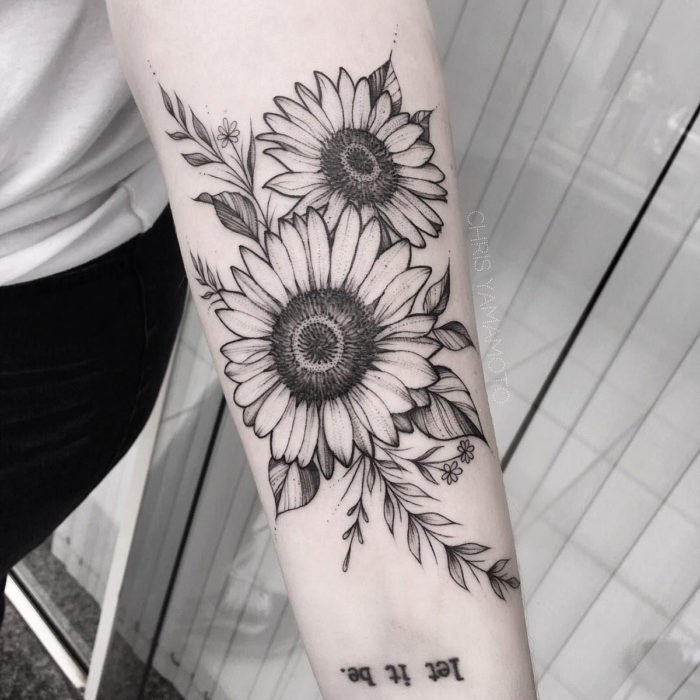 Tatuaje de girasoles en blanco y negro en el brazo