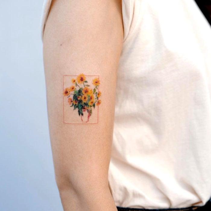 Tatuaje de girasoles en florero en el brazo