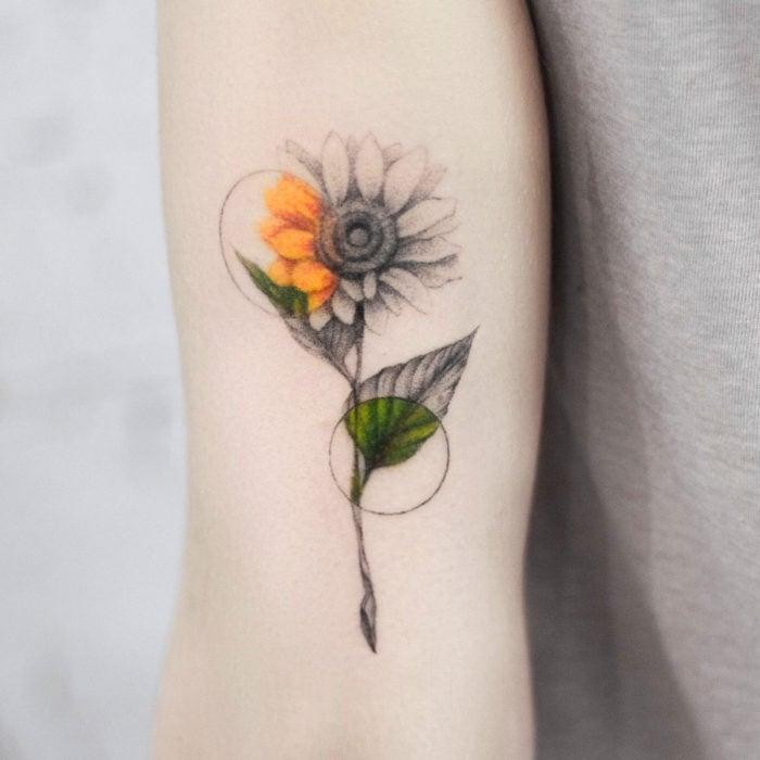 Tatuaje de girasoles en el brazo
