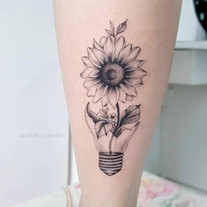 Tatuaje de girasoles en blanco y negro con maceta de foco