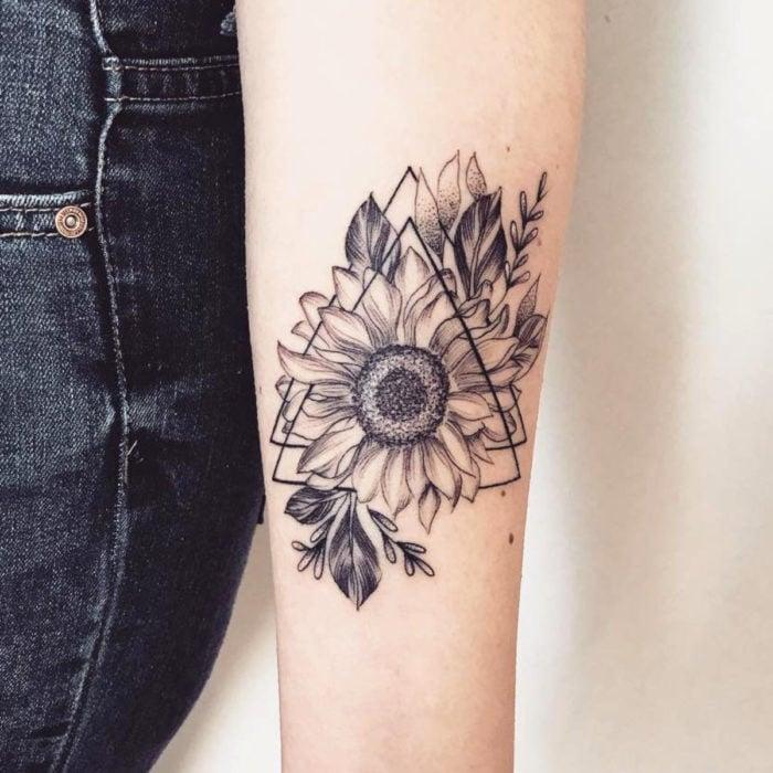 Tatuaje de girasoles en blanco y negro con triángulo