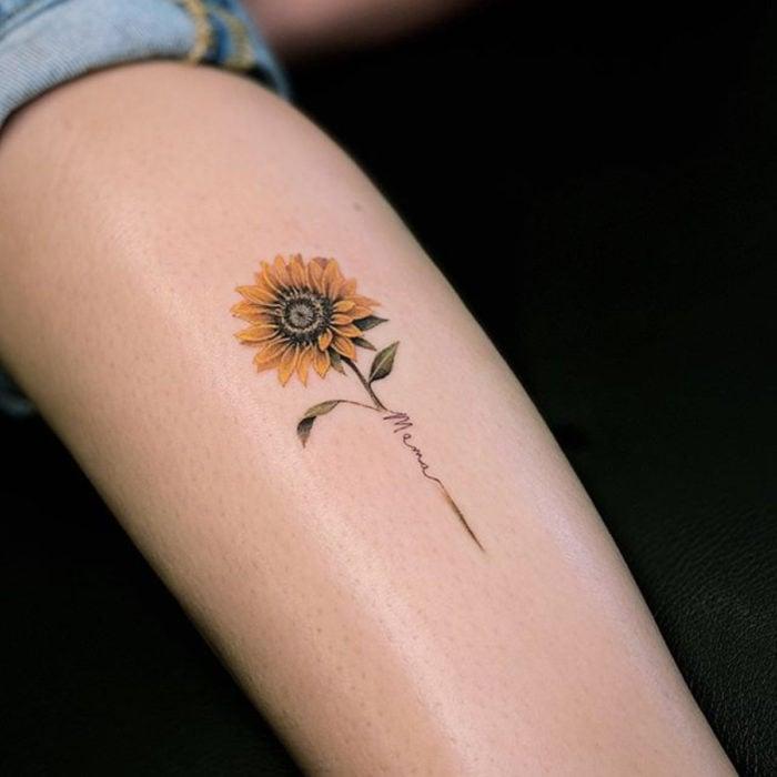 Tatuaje de girasoles miniatura con la palabra Mamá