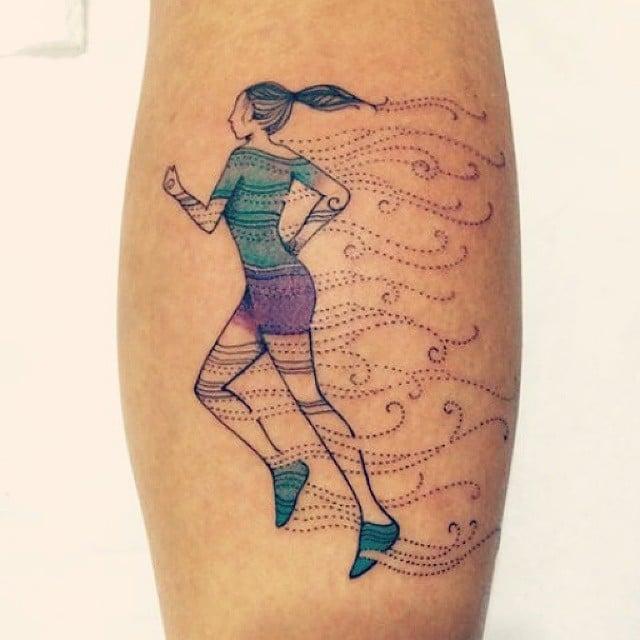 Chica con un tatuaje de una corredora en sus piernas
