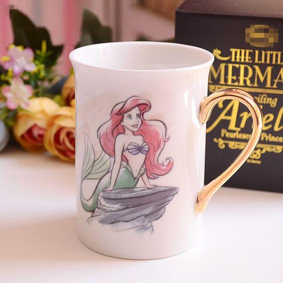 Taza blanca de La Sirenita con asa color dorado