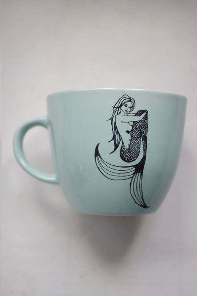 Taza verde menta con ilustración de una sirena