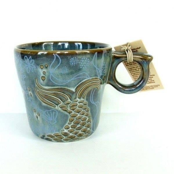 Taza azul con diseño de una cola de sirena