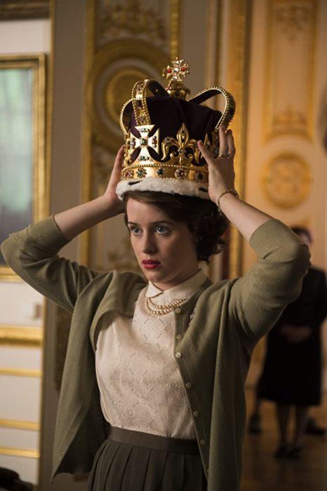 Escena de la serie The Crown, dónde Isabel se coloca la corona