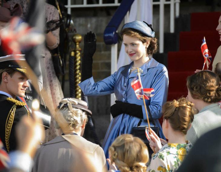 Escena de la serie The Crown donde Isabel saluda al pueblo