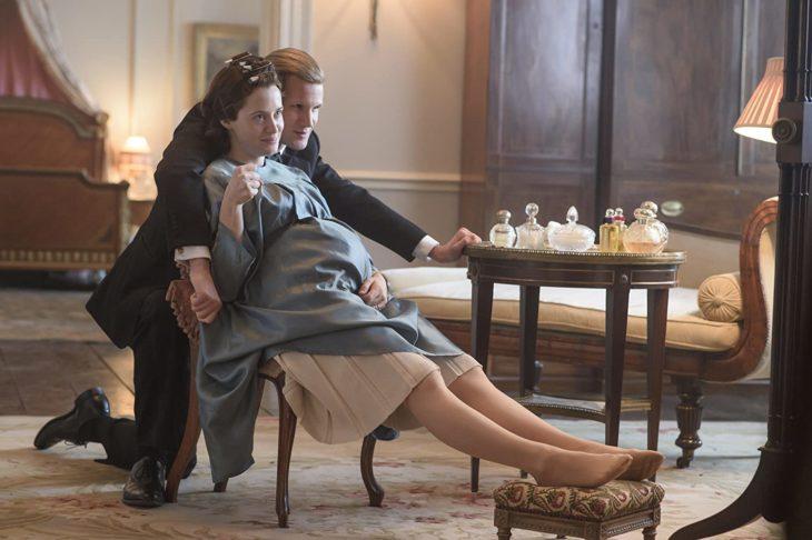 Escena de la serie The Crown donde aparece Isabel embarazada y Felipe