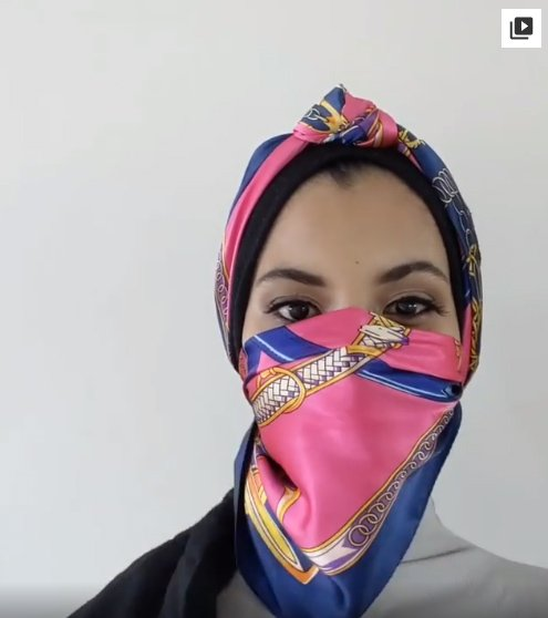 Chica usando una mascada para cubrir su rostro