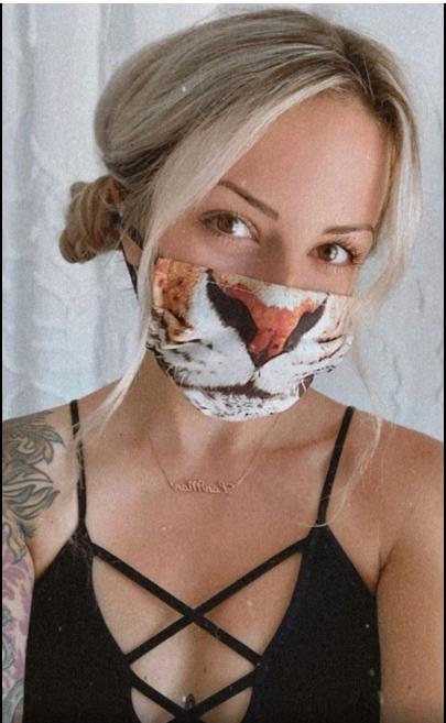 Chica usando una mascara mientras la sujeta con sus trenzas
