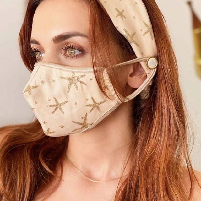 Chica usando una mascara facial sujetada con una diadema que tiene botones