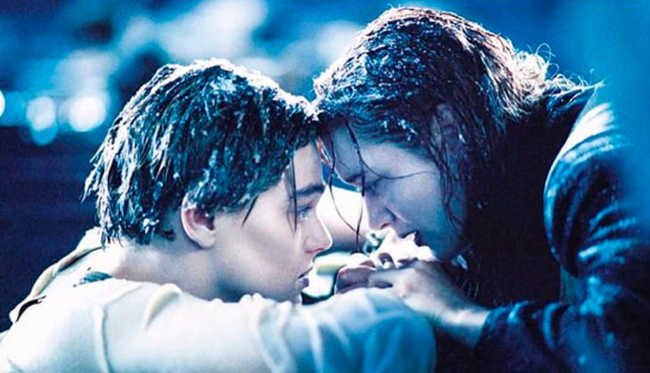 Escena de la película Titanic en la que Rose y Jack están en el agua, después de que el Titanic se hundió