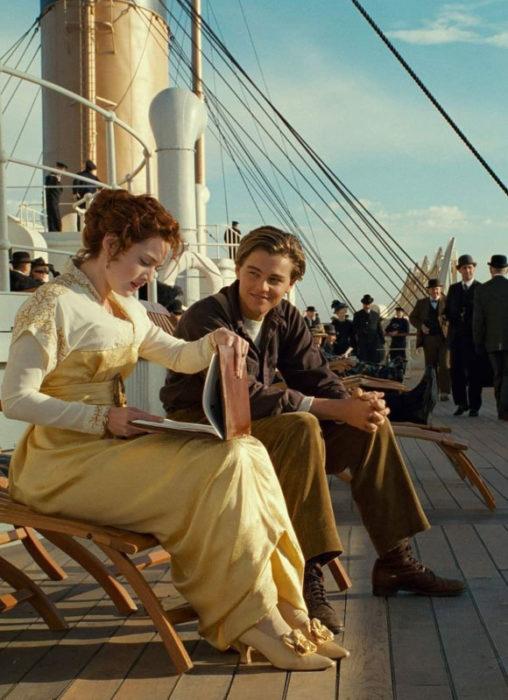 Escena de la película Titanic en la que Rose ve los dibujos de Jack