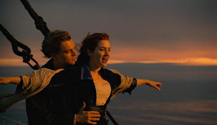 Escena de la película Titanic en la que Rose y Jack ven el mar en la proa del barco