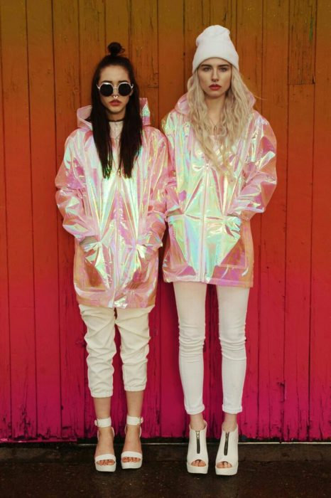 Chicas usando impermeables en tono tornasol