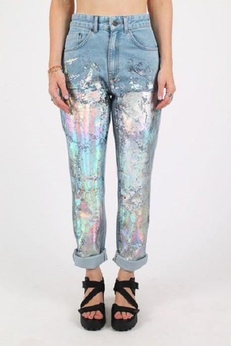 Mom jeans con detalle de pintura en tono tornasol