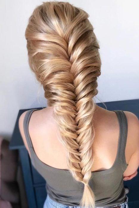 Trenza con todo el cabello tipo espiga